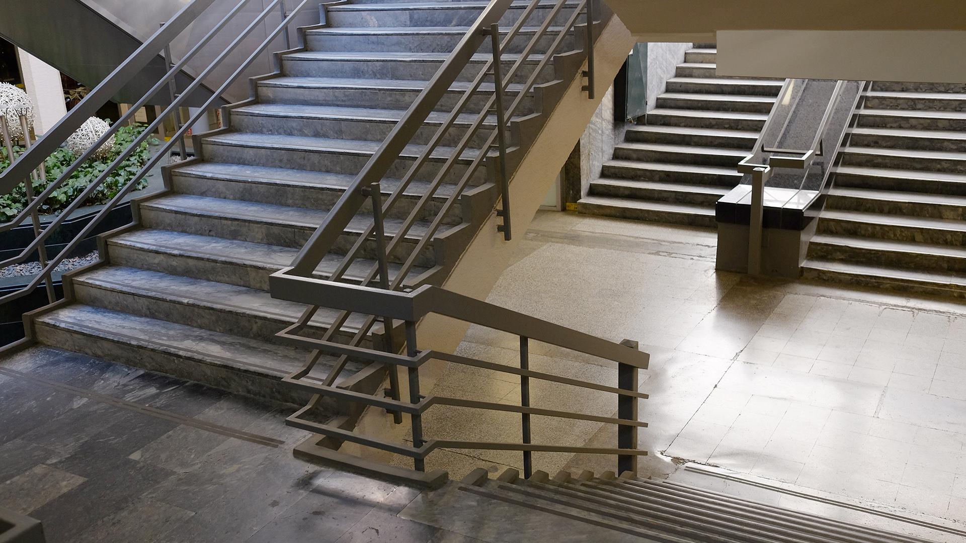 Bir binanın içindeki merdivenleri gösteren bir fotoğraf.