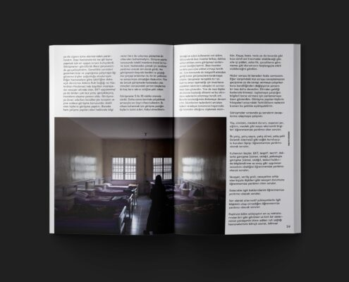 Derginin açılmış iki sayfasını gösteren bir fotoğraf.