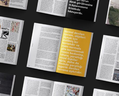 Farklı sayfaları açılmış dergilerin yan yana dizildiği bir görsel.
